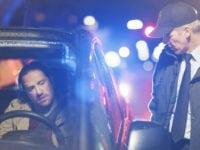 Betjent på vej mod bilist