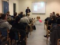 Hjerneskadeforeningen holder foredrag på Rådmandscentret. Dan Kiving indleder.