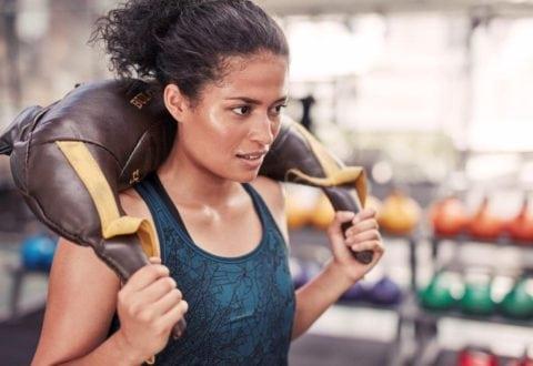 Kvinder satser på styrke og muskler hos Fitness dk.