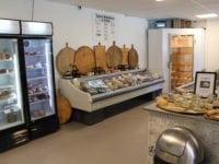 Ostebørsen, Vemmelev. Her er et stort udvalg, egen produktion og man kan smage oste. Foto: Jette