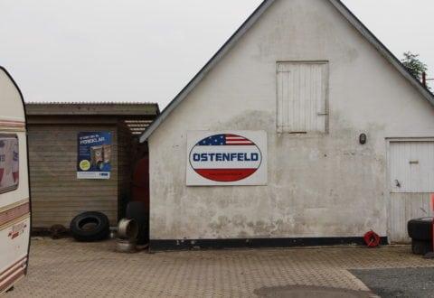 Ostenfeld værksted og biler. Slots Bjergby. Foto: Jette