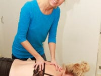 Helle udfører behandling i Kiropraktisk Klinik, Slagelse.