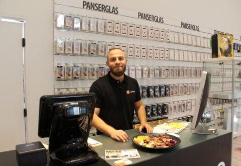 repFone er en ny butik, og her bliver du modtaget med et smil, selvom der er travlhed. Foto: Jette