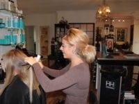 Vivi's Hair Design, den nye frisør Melika klipper og sætter hår. Hun har været i salonen siden sensommeren 2017. Foto: Jette